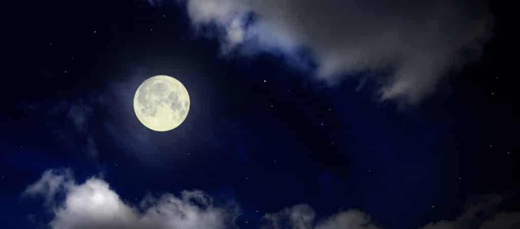 ירח מלא בשמיים